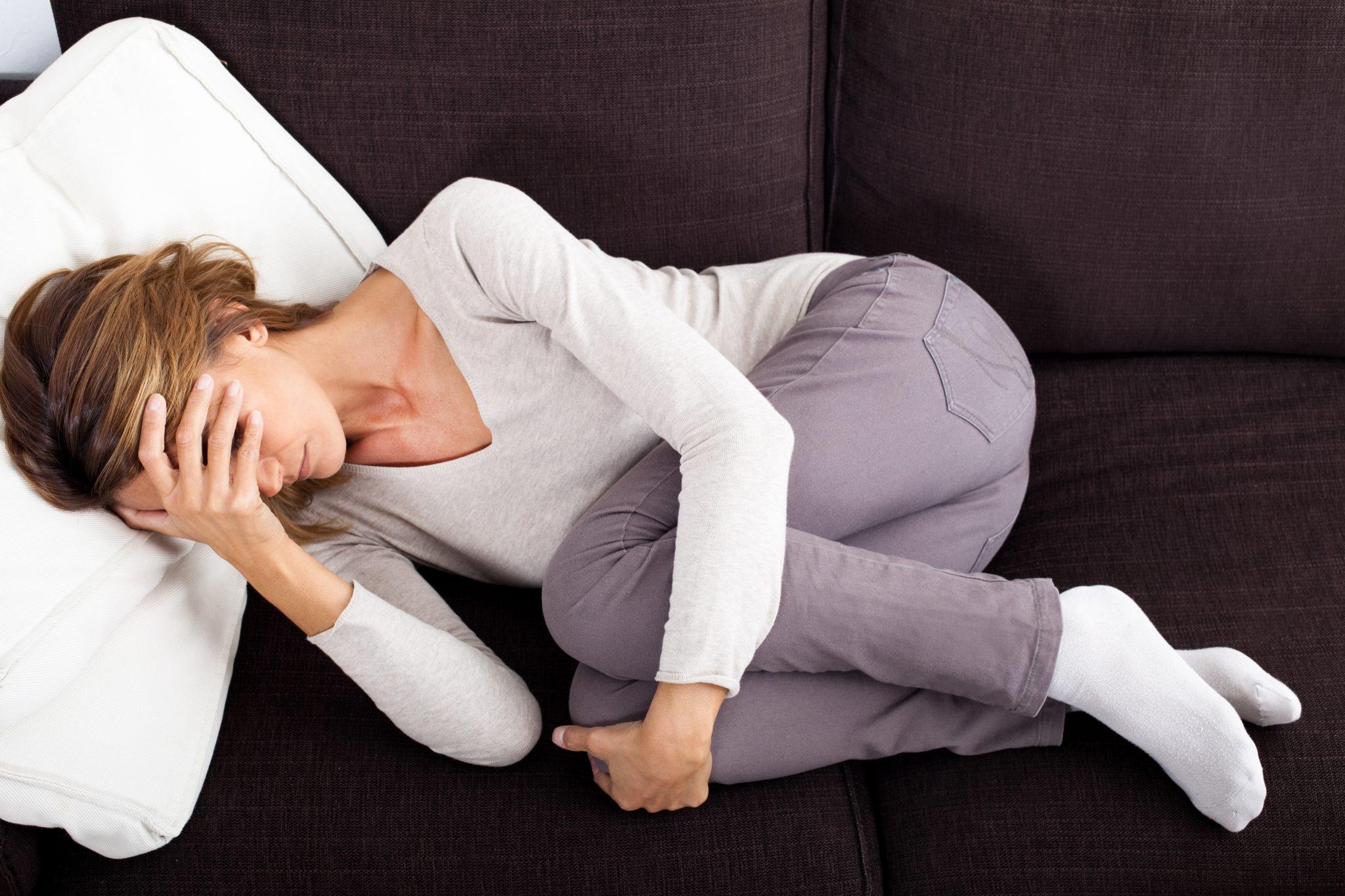 femme couchée qui souffre